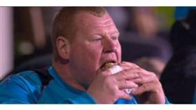التحقيق مع حارس إنجليزي احتياطي لتناوله الطعام خلال مباراة