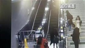 فيديو- سيدة تنقذ عجوزا من سقوط قاتل على سلم كهربائي