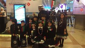 شباب كويتيون يقدمون هدايا للزوار الخليجيين بالمطار بمناسبة العيد الوطني