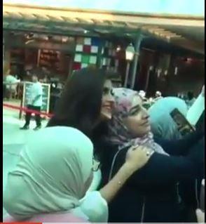 بالفيديو - شاهد ماذا فعلت مذيعة «mbc» مع سعودي تغزل بها داخل مول