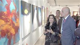 الفنانة التشكيلية سهيلة النجدي امام احدى لوحاتها في معرض الفنون التشكيلية بالقاهرة