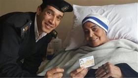 الفنانة المصرية مديحة يسري تتسلم هويتها من رجل شرطة