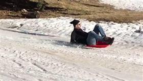بالصور - قبل مواجهة فالنسيا.. بيكيه يتزحلق على الجليد