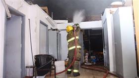 بالفيديو - الإطفاء تسيطر على حريق مستودع في الشويخ الصناعية