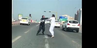 النيابة تأمر بحبس المتهم بالاعتداء على شرطي المرور 21 يوماً.. وترفض طلب إخلاء سبيله