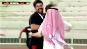 بالفيديو.. سقوط مفاجئ للعربي امام خيطان