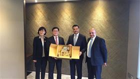 وزير الصحة د.جمال الحربي يكرم نظيره الكوري تشين يوب تشنج على هامش الزيارة