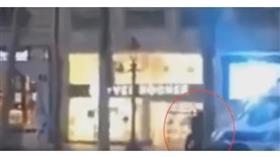 بالفيديو - اللحظات الأولى للهجوم الإرهابي في الشانزليزيه
