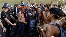 بالصور - السكان الأصليون يواجهون الشرطة البرازيلية.. بالسيوف والأسهم !