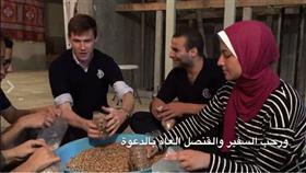 بالفيديو - السفير البريطاني في مصر يشارك بتجهيز 45 ألف شنطة رمضانية بالإسكندرية