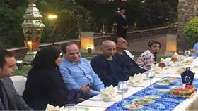 بالفيديو - الرئيس المصري يستقبل مجموعة من المواطنين في مقر إقامته لتناول وجبة الإفطار