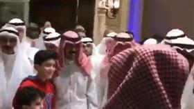 بالفيديو - سمو ولي العهد يؤدي صلاة القيام بين أفراد الشعب الكويتي