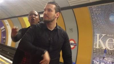بالصورة - فتاة مسلمة في لندن قاومت رجل حاول نزع حجابها.. فضربها !