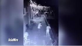 بالفيديو – رجل يلقي بزوجته من أعلى الشرفة.. بعد اكتشاف محادثاتها مع رجلٍ آخر