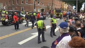 سيارة تدهس حشدا اثناء تظاهرة في ولاية فيرجينيا الامريكية