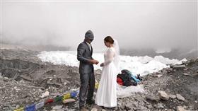 الرحلة استغرقت 9 أيام.. زواج فوق أعلى نقطة في العالم