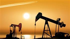 النفط يصعد بفعل عقوبات إيران لكن المعروض الأمريكي وقوة الدولار يكبحانه
