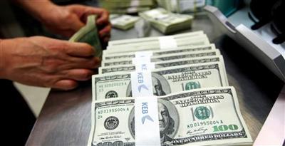 الدولار يواصل مكاسبه بعد صعوده لأسبوعين