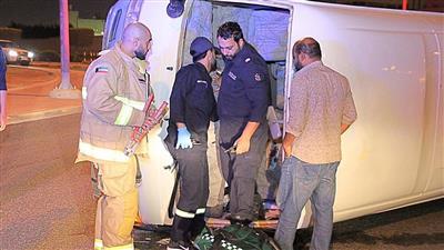 إصابة شخصين في حادث تصادم وانقلاب مركبة بالرقعي