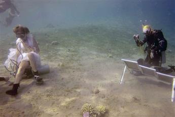 فنانة وغطاسة روسية ترسم لوحاتها تحت البحر