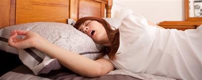 دراسة: الشخير وانقطاع النفس أثناء النوم يضعفان قلوب النساء