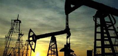 النفط يقلص مكاسبه وسط مخاوف تجارية وضبابية تكتنف تخفيضات الإنتاج