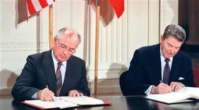 رونالد ريغان وميخائيل غورباتشيف عند توقيع معاهدة الحد من الأسلحة النووية في 1987