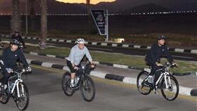 السيسي يتجول في شرم الشيخ بالدراجة