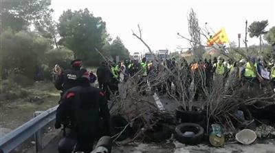 انفصاليون يغلقون طريقاً في كتالونيا