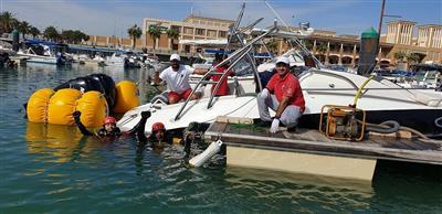 فريق الغوص ينتشل قاربين غارقين في مارينا سوق شرق