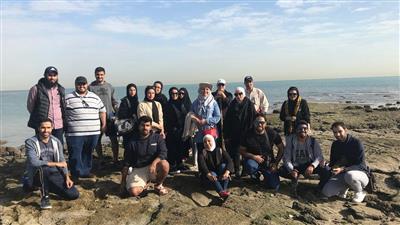 طلبة الدراسات العليا بالجامعة يزورون شاطئ أنجفة
