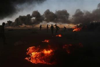 محتجون فلسطينيون على الحدود بين قطاع غزة وإسرائيل