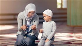 4 أخطاء تقع فيها الأم عند تعليم الطفل الصيام