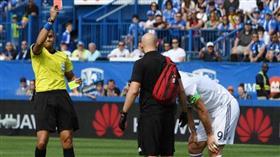 إبراهيموفيتش يصفع لاعبًا على وجهه.. والحكم يعاقبه بالبطاقة الحمراء