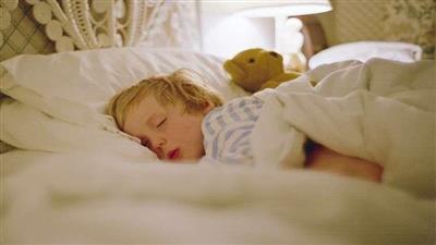 دراسة: قلة نوم الأطفال سبب مباشر للإصابة بالبدانة والسرطان