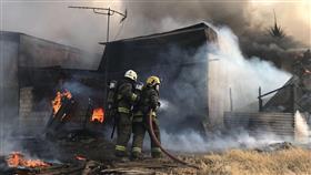 بالفيديو - فرق الإطفاء تسيطر على حريق مخزن بالمسيلة