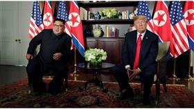 الرئيس الأمريكي ترامب والزعيم الكوري الشمالي كيم في بداية قمتهما في سنغافورة (رويترز)