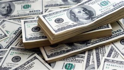 الدولار يهبط مع دخول رسوم أمريكية حيز التنفيذ
