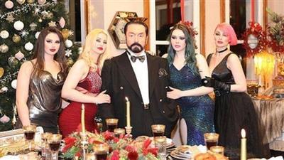 من هو «الداعية» التركي الذي يظهر في برنامجه محاطا بنساء شبه عاريات؟