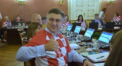 حكومة كرواتيا تعقد اجتماعها بزي المنتخب