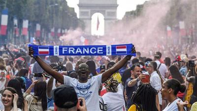 جماهير فرنسا تغزو الشوارع والميادين احتفالا بالتتويج بالمونديال