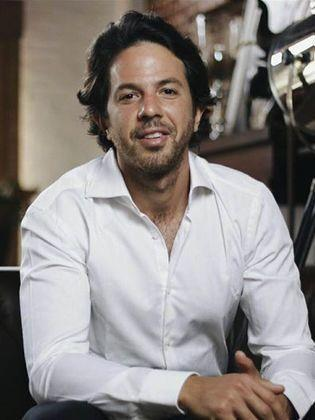 الفنان عمر الشناوى يحتفل بعقد اليوم بالقاهرة