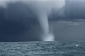 إعصار يهدد زورق صيادين في البحر الأسود