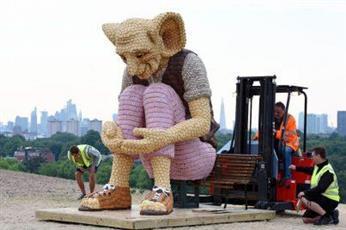 فنانة تصنع تمثالًا عملاقًا من حلوى الكعك فقط