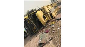 وفاة آسيوي وإصابة اثنين آخرين في انقلاب شاحنة نظافة عند مدخل الظهر