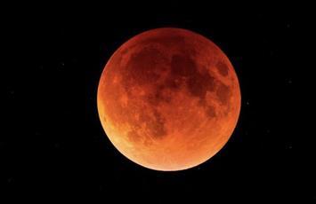 العالم يشهد أطول خسوف للقمر في القرن