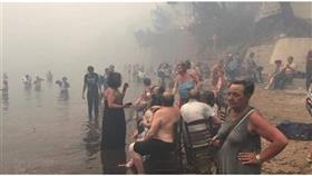 مواطنون يونانيون يهربون إلى المياه بسبب الحرائق