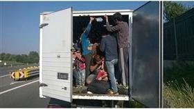 المكسيك: العثور على 150 مهاجراً بينهم 62 طفلاً داخل صندوق شاحنة
