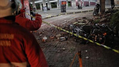 ارتفاع قتلى زلزال إندونيسيا إلى 98 شخصا