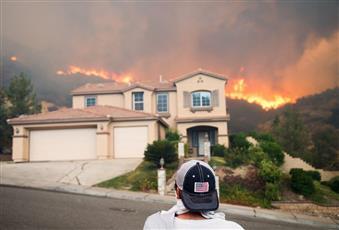 اتساع نطاق حريق الغابات المستعر في كاليفورنيا الأمريكية